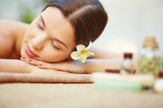 mujer-masaje-spa-tratamiento corporal y facial-belleza-relax-flor en el pelo