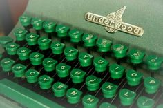 Underwood Universal Manual Typewriter in Military Green . Green Life, Green Day, Go Green, Green Colors, Dark Green Aesthetic, Rainbow Aesthetic, Aesthetic Colors, Slytherin Aesthetic, Military Green