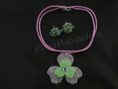 Conjunt flor d'arracades i collaret de feltre. Referència :FL-CON-017 Material : Feltre Pes : 2g