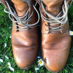 The sun is out so perfect weather to wax your boots. This pair is from our customer who wears it for 5 months straight now! Enjoy round #2. #buttsandshoulders #buttsandshouldersboots #goodyearwelted #leathergoods #naturaltanned #vegetabletanned #leather #handmade #goodyear #natural #leather #vegetableleather #blanco #boots #menswear #fashion #footwear by buttsandshoulders