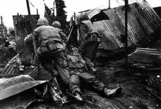 Marines drag a wounded comrade during the Têt offensive, Battle of Hué, Vietnam, February 1968 American History Lessons, Indochine, Vietnam War Photos, My War, North Vietnam, Magnum, Us Marines, American War, Vietnam Veterans