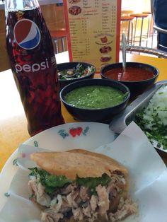 Sólo para valientes, gordita de chicharrón rellena de carnitas, mucha salsa y una Pepsi.  Comilonas en México DF.