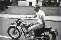 Steve Mcqueen sur une Triumph en jeans, t-shirt blanc et desert boots #style #menstyle #menswear #icons #fashion #stevemcqueen