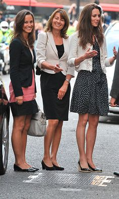 Celebrity moms 597782550527154340 - Carole Middleton Best Fashion Looks – Kate and Pippa Middleton's Mother Has Great Style and Outfits Source by jakadotap Pippa Middleton Style, Carole Middleton, Kate Middleton Sister, Kate Middleton Stil, Princesse Kate Middleton, Middleton Family, George Et Charlotte, Kate And Pippa, Celebrity Moms