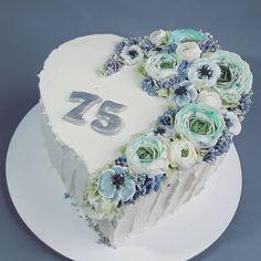 """16 To se mi líbí, 0 komentářů – Sladká Chaloupka (@sladka_chaloupka) na Instagramu: """"Srdce z lásky #dortprodamu #dortkvetiny #kremovekvety #kvetinovydort #modrydort #buttercreamflowers…"""" Cake, Desserts, Food, Pie Cake, Tailgate Desserts, Pie, Deserts, Cakes, Essen"""
