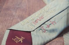Cravate brodée au dos