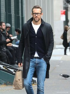 Ryan Reynolds stepped out on Monday looking good-with-a-capital-G while grabbing takeout food in NYC. The Deadpool star kept things casual in Handsome Men Quotes, Handsome Arab Men, Ryan Reynolds Style, Blake Lively Ryan Reynolds, Smart Casual, Men Casual, Casual Styles, Celebridades Fashion, Strong Woman Tattoos
