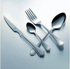 Cubertería de 12 servicios y 113 piezas en acero inox.18/10, 2,5 mm de espesor y estuche incluido compuesta por: 12 cucharas de mesa, 12 tenedores de mesa, 12 cuchillos chuleteros, 12 cucharas de postre, 12 tenedores de postre, 12 cuchillos de postre, 12 tenedores de pescado, 12 palas de pescado, 12 cucharillas de café, 1 cazo de sopa, 1 cazo de salsas, 1 cucharón de servir, 1 tenedor de servir y 1 pala de tarta. Aires modernos en la Collina conjuntados por un toque de elegancia y sencillez.