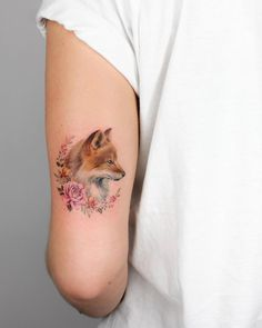 Fox and flowers inked on the back of the left upper arm by Iris Tattoo Paar Tattoos, Neue Tattoos, Bild Tattoos, Body Art Tattoos, Small Tattoos, Cool Tattoos, Sleeve Tattoos, Small Fox Tattoo, Tatoos