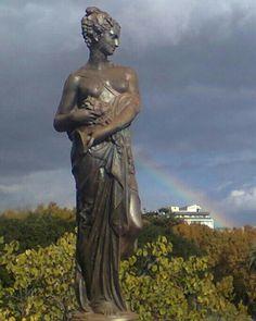 Giardino Bellini, statua bronzea con arcobaleno