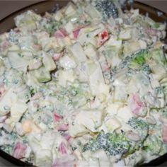 Sałatka brokułowa z sosem czosnkowym  to mieszanka składników, które idealnie się ze sobą komponują – ugotowane różyczki brokuła łączymy z jajkiem, serem feta i pokrojonym w kostkę pomidorem.… Potato Salad, Food And Drink, Potatoes, Feta, Ethnic Recipes, Party Ideas, Salads, Potato, Ideas Party
