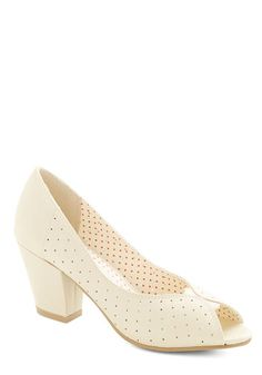 Women's shoes such as the wedge, slingback, sandal, oxford, and peep toe pumps are very popular again. Mid Heel Shoes, Pumps Heels, Vintage Heels, Retro Vintage, 1940s Shoes, Beautiful Heels, Bridesmaid Shoes, Cute Heels, Leather Ballet Flats