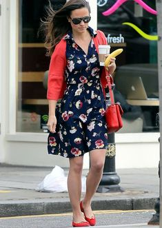Pippa Middleton: Starbucks Stop in London!: Photo Pippa Middleton holds on to a cup of coffee and banana as she makes her way out of a Starbucks shop on Wednesday (July in the Chelsea neighborhood of London,… Pippa Middleton Style, Middleton Family, Spring Fashion Trends, Autumn Fashion, Dress With Cardigan, Shirt Dress, Sleeveless Shirt, Look Fashion, Fashion Pics