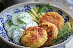 Köstliche vegane Kartoffel-Couscous-Taler mit Gurken-Dill-Salat