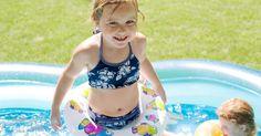 Como limpar piscinas de plástico. Piscinas de plástico são ótimas para nos refrescarmos durante os dias longos e quentes de verão. Elas são ótimas não só para crianças pequenas, mas também para refrescar cachorros e filhotes. Infelizmente, a maioria das piscinas de plástico é usada sem filtro, o que faz com que elas acumulem algas, lodo e sujeira. Felizmente elas são fáceis de ...