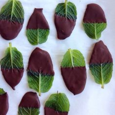 Dessertidee zum Eis :) Chocolate-covered mint leaves.