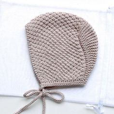 icu ~ Pin on Crochet ~ Baby bonnet knitting pattern. Easy, quick and fun knit!Suggested alternative yarns: Debbie Bliss Baby Cashmerino, Berroco Corsica, King Cole Bamboo Cotton DK Christmas Knitting Patterns, Easy Knitting Patterns, Baby Patterns, Baby Knitting, Crochet Baby, Baby Bonnet Pattern, Knit Beanie Pattern, Pull Bebe, Baby Bonnets