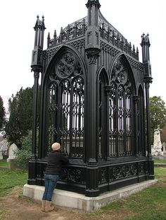 Graves, Tombs And Cemeteries Cemetery Monuments, Cemetery Statues, Cemetery Headstones, Old Cemeteries, Cemetery Art, Graveyards, Famous Graves, After Life, Abandoned Castles