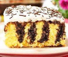 """Savurosul Pandispan cu sos de ciocolata este un desert fabulos, usor de preparat. Blatul fraged insiropat cu sosul de ciocolata este """"terminat"""" cu un decor din frisca si ornamente din ciocolata sau ciocolata rasa. Ingrediente Pandispan cu sos de ciocolata: Blat pandispan: 4 oua 100 ml ulei 100 ml lapte Romanian Food, Food Cakes, Tiramisu, Cake Recipes, Bakery, Food And Drink, Cooking Recipes, Sweets, Panna Cotta"""