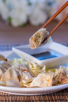Oriental Dipping Sauce for Dumplings Recipe Dumpling Dipping Sauce, Garlic Dipping Sauces, Dumpling Recipe, Potsticker Dipping Sauce, Recipes With Soy Sauce, Recipes With Sesame Oil, Asian Seasoning, Salad Dressing Recipes, Salad Dressings