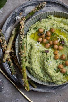 Foraged wild garlic hummus with some crispy ritz cracker coated asparagus Smoothies Vegan, Garlic Hummus, Vegetarian Recipes, Savoury Recipes, Vegan Meals, Yummy Recipes, Wild Garlic, Eating Light, Ritz Crackers