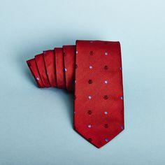 No te la juegues, ¡apuesta al rojo! www.lahuelladeldandi.com #DejandoHuella  #Corbata #Calcetos