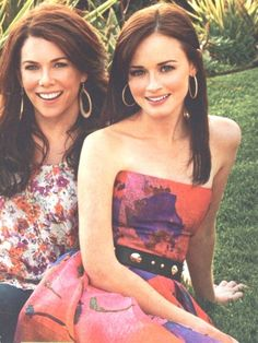 "Lauren Graham and Alexis Bledel, aka the mother and daughter duo Lorelai and Rory Gilmore on the hit TV show ""Gilmore Girls. Lauren Graham, Alexis Bledel, Rory Gilmore, Dakota Johnson, Jamie Dornan, Matt Bomer, Pretty People, Beautiful People, Beautiful Ladies"