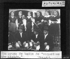 "Un grupo de baile de ""vaqueiros de alzada"". Diapositiva de linterna, soporte vidrio. Fotografía de Torner. Fondo Gómez-Moreno/Orueta. http://bvirtual.bibliotecas.csic.es/csic:csicalepharc000067893"