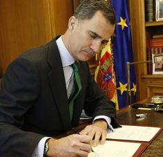 Su Majestad el Rey Felipe VI firmando el decreto de convocatoria de elecciones.