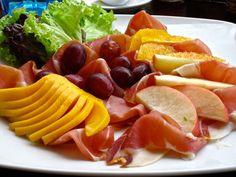 Ensalada de jamón serrano y frutas