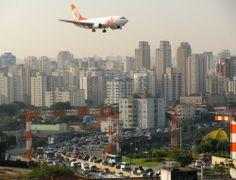 Aproximação - aeroporto de Congonhas (CGH), com avião da GOL (737-700), São Paulo, SP, Brasil.