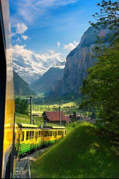 Lauterbrunnen in the midst of the Swiss #Alps – Eine Bahn schlängelt sich durch die Umgebung von #Lauterbrunnen | bestswiss.ch