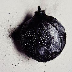 Julgranskulor som sticker ut. Läs mer på: http://bjorkvagen1.blogspot.se/2013/11/julgranskulor-decoupage.html