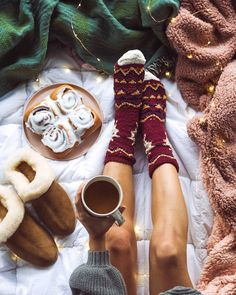 Bed and Breakfast November 26 2019 at fashion-inspo Christmas Mood, All Things Christmas, Christmas Flatlay, Winter Things, Favorite Holiday, Holiday Fun, Chocolate Navidad, Christmas Aesthetic, Getting Cozy