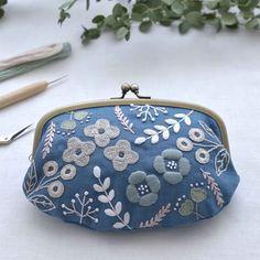 \春講座*北欧刺繍基礎(全6回)/ ・ 北欧刺繍入門からさらにステップアップした内容を学ぶクラスです。 様々なデザインに応用できる新しい6つのステッチを練習。前半3回で新しい刺繍の見本帳、後半3回でがま口をつくります。 生地の色は5種類、刺繍糸もお好きな色をお使いいただけますので、色選びもお楽しみください。 ・ 北欧のかわいい模様のバリエーションと、刺繍をより一層楽しむテクニックを身につけたい方におすすめの講座です。 ・ ******** 講座情報 ********** ・ < 北欧刺繍基礎クラス(全6回)> 日時: 木曜10:30-12:30クラス 4/5開講 金曜13:30-15:30クラス 4/13開講 場所:神楽坂 講師:森山 彩 料金:1回あたり4,000円 ・ ・ ▼講座詳細・お申し込みはプロフィールから →@hokuou_teshigoto ・ #刺繍 #北欧 #手刺繍 #刺繍のある暮らし #北欧デザイン #ハンドメイド #てづくり #てしごと #手仕事 #手芸 #DIY #hedeboembroidery #embroidery #handmade… Hand Embroidery Flowers, Baby Embroidery, Embroidery Works, Embroidery Motifs, Japanese Embroidery, Cross Stitch Embroidery, Decorative Hand Towels, Vintage Purses, Purses And Bags