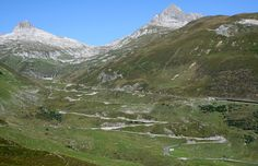 Der Oberalppass verbindet die beiden Schweizer Ortschaften Disentis/Mustér in der Surselva im Kanton Graubünden mit Andermatt im Urserental im Kanton Uri.