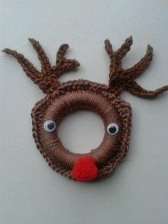 Rendier haken om gordijnring. Crochet ring ornament reindeer.