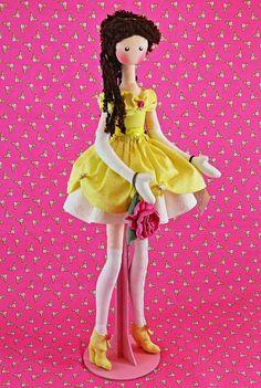 BONECA BELA    Na edição fashion, com pernas delgadas e articuladas tem o benefício de decorar qualquer ambiente de festa de aniversário e depois sentada ou no expositor, guardar a recordação deste momento mágico.  DICA: Ideal para presentear as apaixonadas pelas princesas encantadas.    Boneca d...
