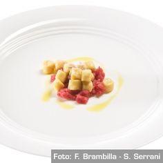 Gnocchi morbidi di polenta con battuta di manzo e salsa di mandorle. Chef Enrico Bartolini