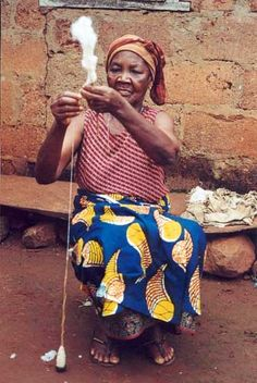 Fileuse de coton agou (Togolese Spindler) Cotton spinning in Agou, a region of the African nation of Togo She is spinning with a support spindle rather than a drop spindle. Spinning Yarn, Hand Spinning, Africa Craft, Logan, West African Countries, Art Du Fil, Drop Spindle, African Nations, African Textiles