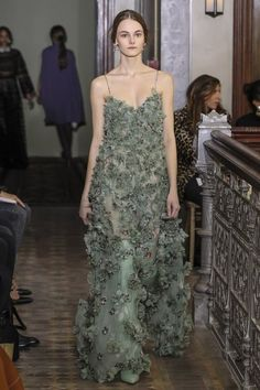 View the full Valentino Pre-Fall 2017 collection.