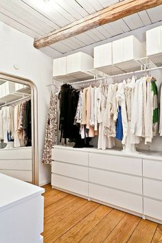 How to set up a practical wardrobe and store clothes in style - Archzine.fr - fit out a dressing room, dressing room with loft decor - White Chest Of Drawers, White Chests, Malm Dresser, Dressing Room Design, Dressing Rooms, Dressing Mirror, Style Loft, Open Cabinets, Living Room Mirrors