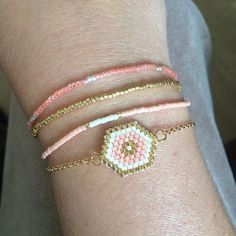 On ne m'arrête plus maintenant! I like this petite jewelry, it's so easy to make. Seed Bead Jewelry, Beaded Jewelry, Bead Loom Bracelets, Beaded Anklets, Bijoux Diy, Loom Beading, Bracelet Patterns, Bead Weaving, Handmade Bracelets