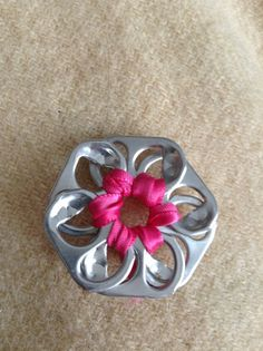 Simple flower out of pop tabs super simple, swap idea Girl Scout Swap, Girl Scout Troop, Scout Leader, Soda Tab Crafts, American Heritage Girls, Girl Scout Activities, Ideas Joyería, Girl Scout Juniors, Pop Tabs
