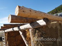 Estructura de madera y muros de paja en gallinero de bioconstrucción Hen House, Straws, Timber Frames, Walls, Interior Design