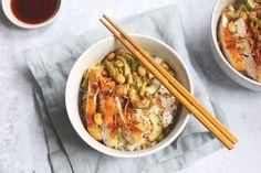 Geen zin om sushi te maken omdat het redelijk wat tijd vergt? Maak dan een sushi bowl! In ongeveer 30 minuten staat dit lekkere gerecht op tafel. Sushi Bowl, Japanese Sushi, Poke Bowl, Fabulous Foods, Japchae, Chicken Wings, Food Inspiration, Thai Red Curry, Food And Drink