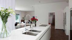 minimalist contemporary white kitchen interior design #contemporarykitchen #modernkitchen #kitcheninterior #kitchendesign #whitekitchen