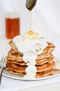 Low Carb Recipes To The Prism Weight Reduction Program Pear Pancakes With Greek Yogurt And Extra Honey Brunch Recipes, Sweet Recipes, Breakfast Recipes, Snack Recipes, Greek Yogurt Recipes, Greek Yoghurt, Food Porn, Pancakes And Waffles, Honey Pancakes