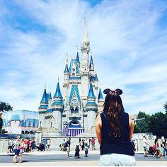 Daydreaming at #magickingdom ❤️ @backsideofwaterblog #dressedindisney  love this photo! #mickeymouse #disneyvacation #disneyparksstyle #disneystreetstyle #disneyoutfitoftheday #howtoweardisney #disneymagic #magic #minnieears #minniemouse #disney...