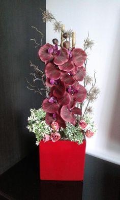 Moderní+aranžmá+s+orchidejí+Celoroční+aranžmá+s+orchidejí.+Výška+dekorace+64cm,šířka+22cm,délka+27cm.+Na+výrobu+jsem+použila+kvalitní+materiál+(výrobce+Holandsko).+Látková+orchidej+má+barvu+bordo. Floral Wreath, Crown, Wreaths, Home Decor, Floral Arrangements, Floral Crown, Corona, Decoration Home, Door Wreaths